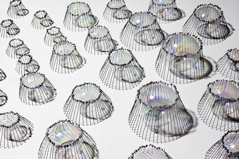 Quallen, 2013, Flaschenkork, Draht, Glaskugeln, Autolack auf Leinwand