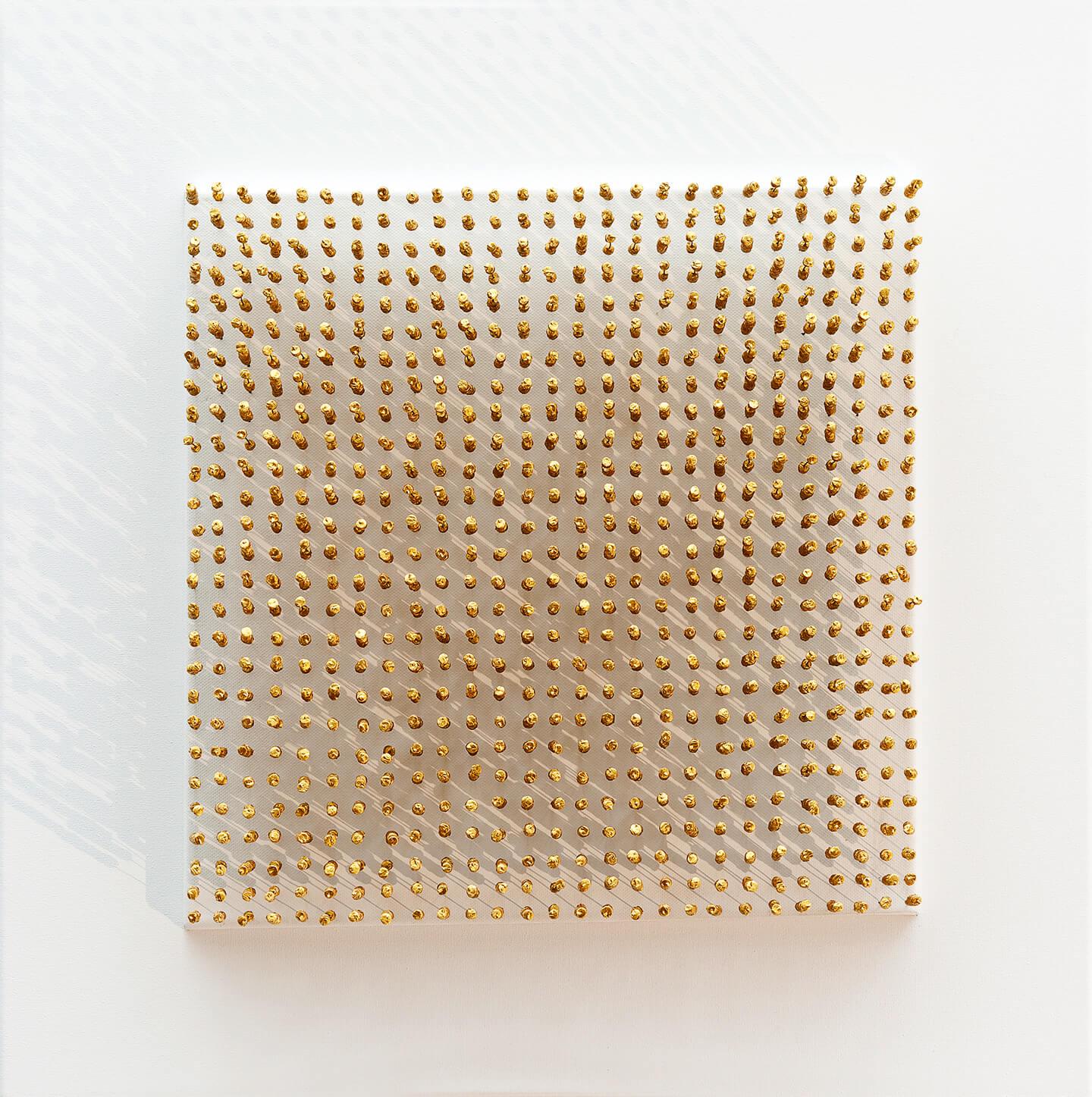 Goldene Soldaten, 2014, Flaschenkork, Draht, Acrylfarbe auf Leinwand
