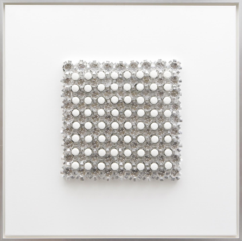 Ohne Titel, weiß, 2005, Flaschenkork, Teelichter, Acryllack auf Leinwand