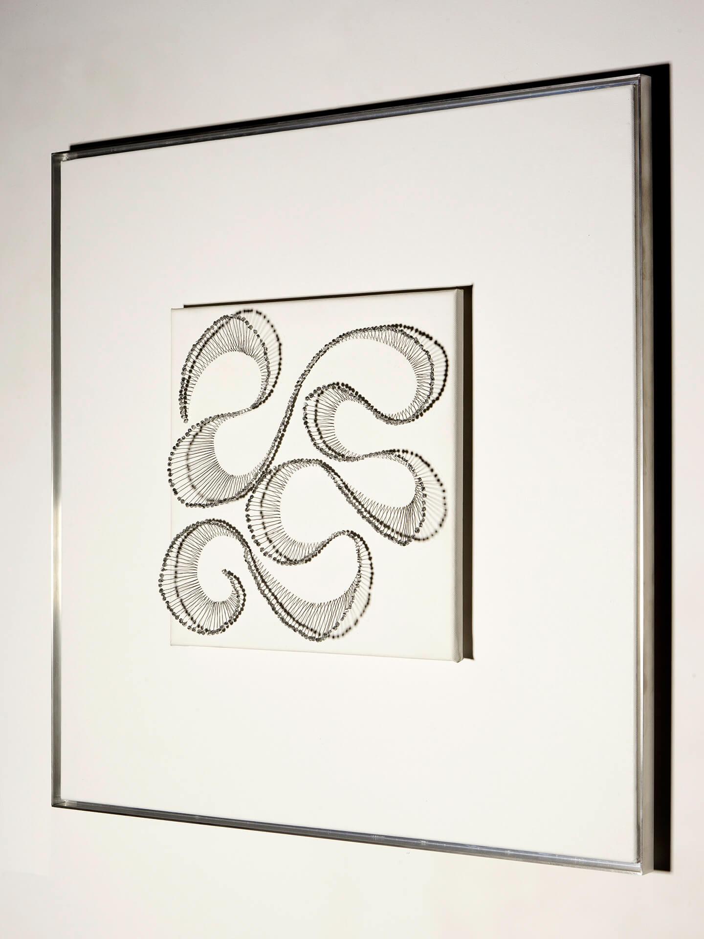 Tatzelwurm, 2009, Flaschenkork, Draht, Autolack auf Leinwand, Aufnahme mit Kunstlicht